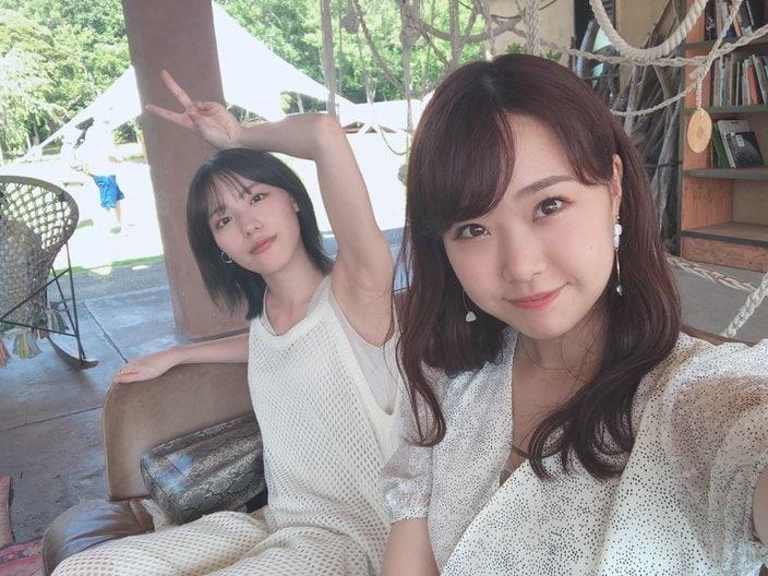 NMB48井尻晏菜「ワキちらでセクシー!」加藤夕夏となかよしツーショット【写真2枚】の画像