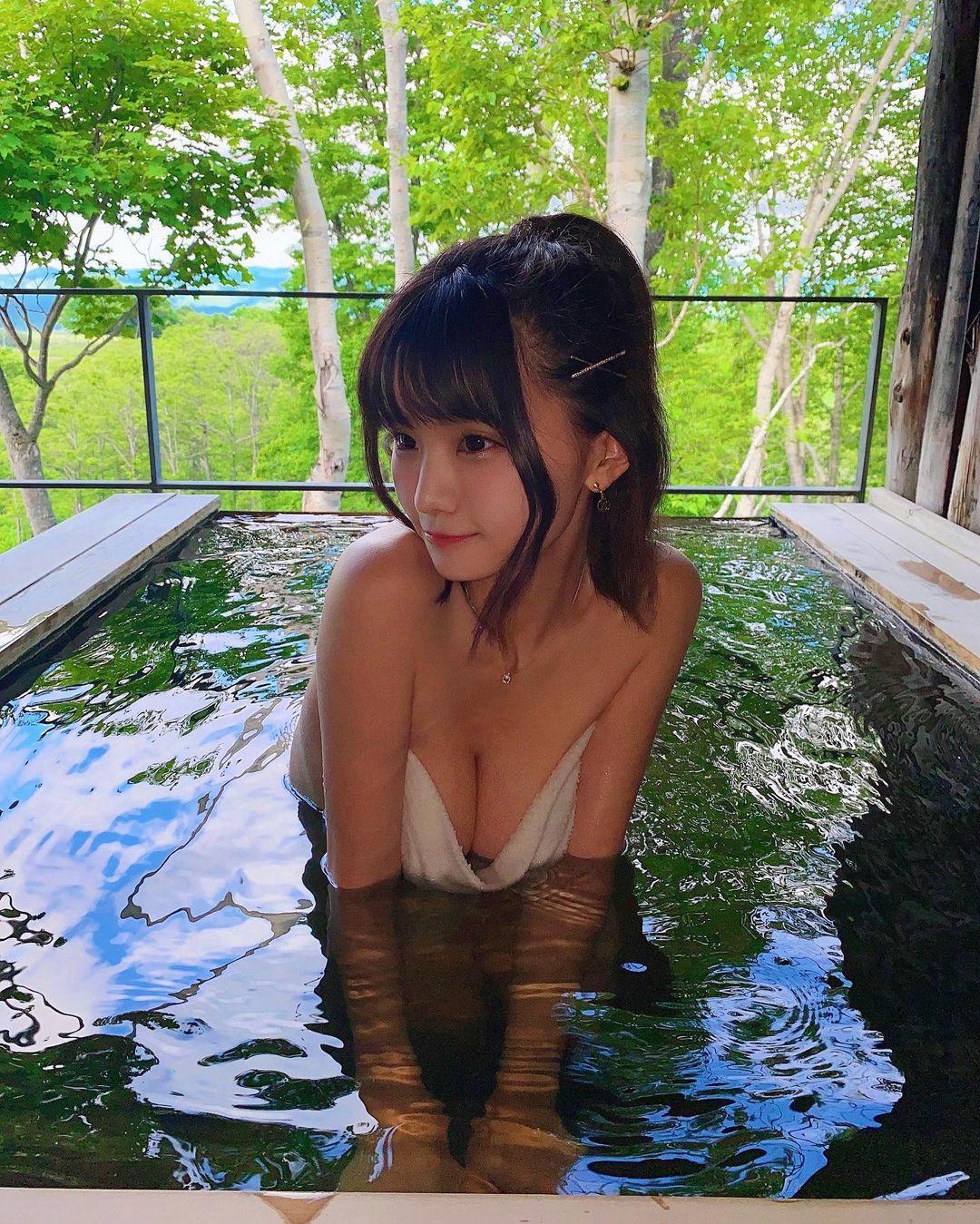 """""""エロ可愛いの最前線""""YouTuberみもれもんがニセコの温泉で柔らかそうなバストを…【画像3枚】の画像002"""