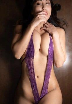 34歳・日里麻美「乳圧でパツパツ!」極小ハイレグで寝そべっても型崩れナシ