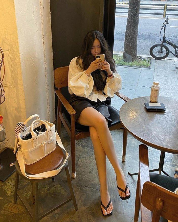 """ヒョミン「脚の長さが規格外」カフェでくつろぎながら魅せた""""超絶美脚""""に騒然の画像"""