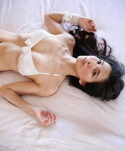 """""""スレンダー美女""""戸田れい「上品で美しいバスト」ベッドでオトナの眼差しの画像"""
