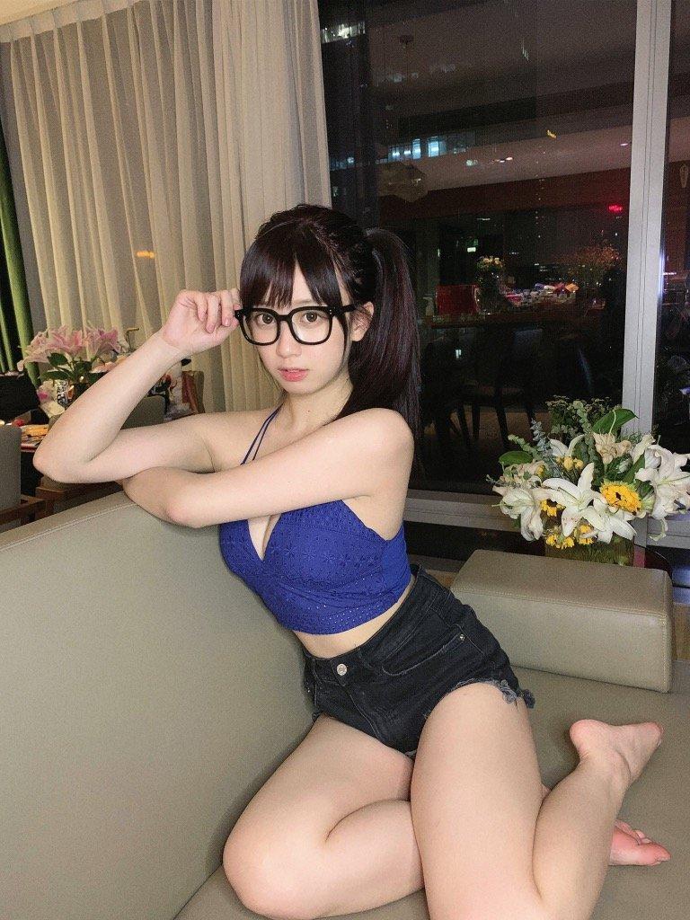 コスプレ美女Yami「メガネ姿がお茶目!」セクシーな部屋着とのギャップ萌え【画像2枚】の画像002