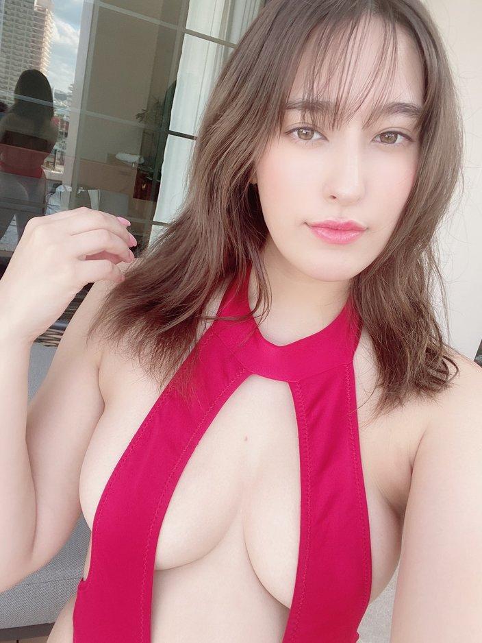 元AKB48平田梨奈「後ろの窓に大切なところが…?」真っ赤な変形ハイレグがセクシーの画像