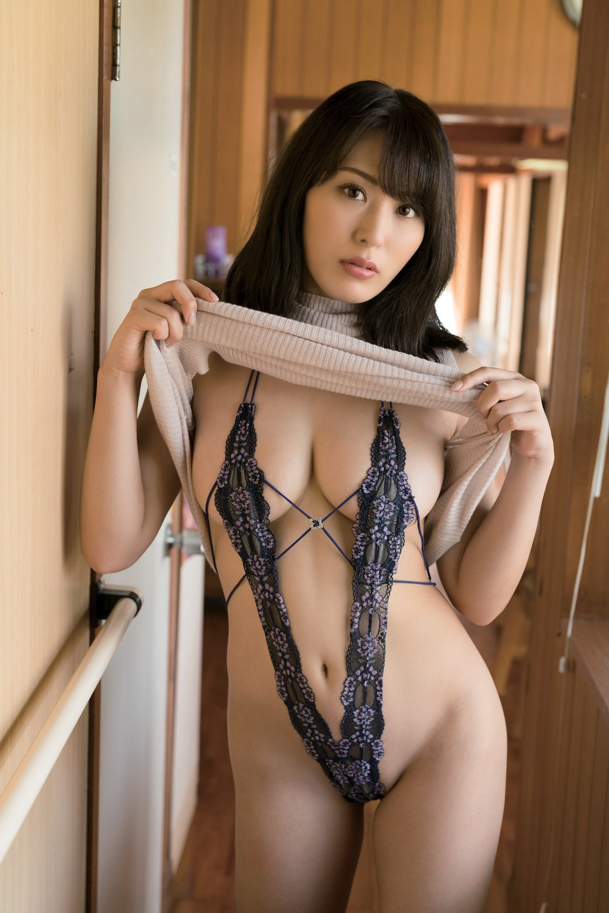 金子智美「セーターの下はY字ランジェリー」超セクシーな悩殺ショット【画像2枚】の画像001