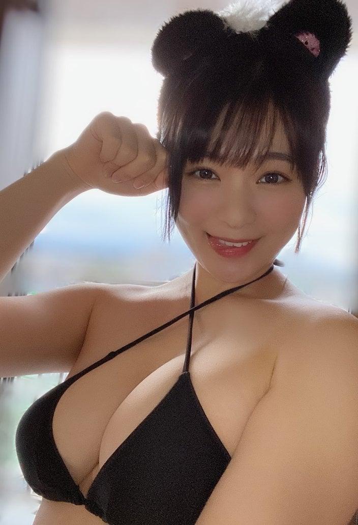 """""""童顔Hカップ""""星名美津紀「最高にエチかわな黒ネコ」巨乳を強調!【画像3枚】の画像"""