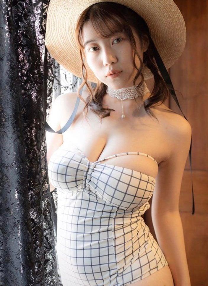 伊織いお「麦わら帽子のJカップ美女」クラシックなビキニで誘惑【画像2枚】の画像
