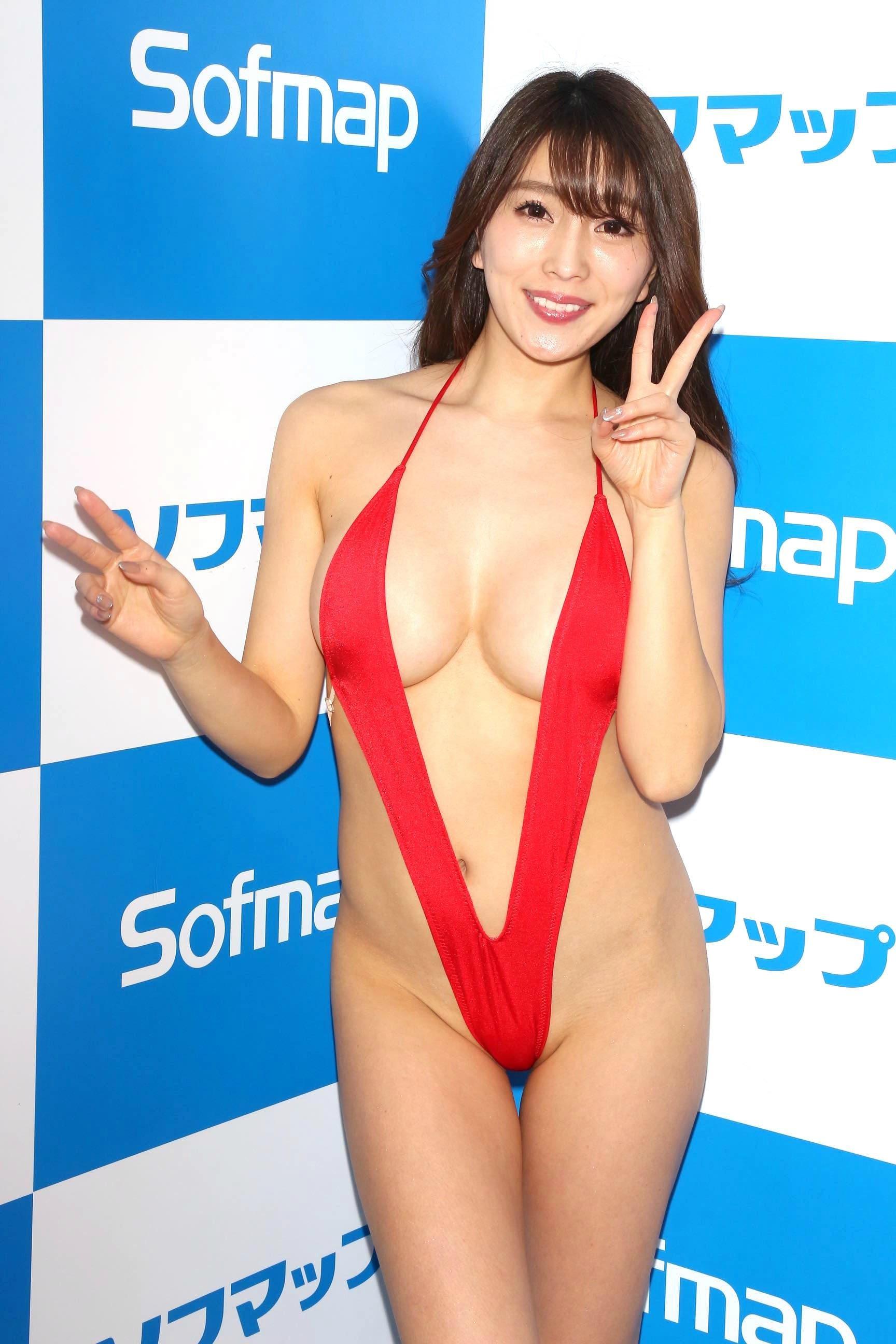 森咲智美「下乳も横乳も谷間も」超Vレグで全開に!【写真21枚】の画像012