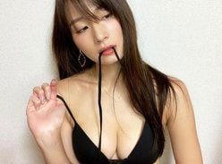 長身Gカップ・清瀬汐希「ビキニの紐を口にくわえて…」豊満バストと流し目にドキリ【画像2枚】の画像