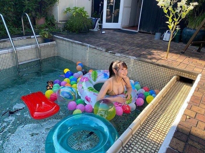 NMB48本郷柚巴「沢山プールに入れて嬉しい」水着姿で弾けるグラビアオフショットを公開【画像2枚】の画像