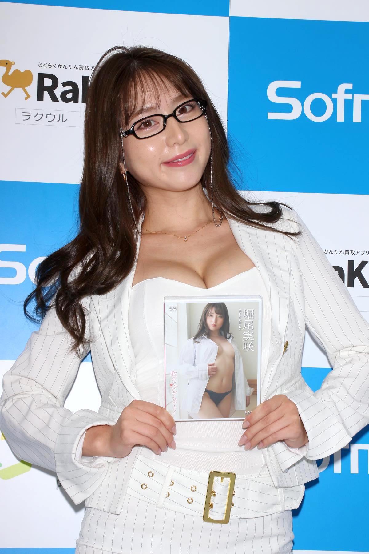 堀尾実咲「シャツの下は着てないの」危ない撮影に挑戦【写真42枚】の画像030