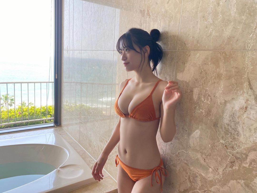 NMB48上西怜「青い海と美ボディ…」雑誌グラビアのオフショット披露にファン「可愛いすぎ!」【画像3枚】の画像001